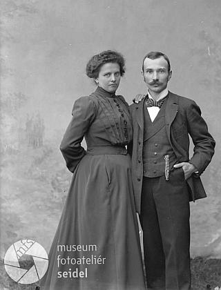 Děd s něvestou ve svatebním úboru i v civilu na dvou snímcích z ateliéru Seidel, datovaných 26. června 1904