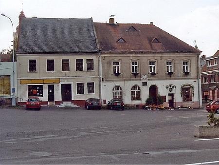 Rodný dům čp. 146 na náměstí ve Stráži pod Ralskem je na snímku vpravo