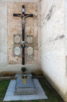 Náhrobní desky kněží na zdi kostela v Boršově nad Vltavou připomínají i jeho matku