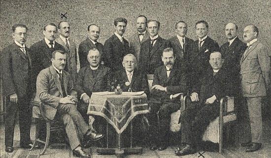 Roku 1924 s profesorským sborem českokrumlovského gymnázia (stojící třetí zleva s křížkem nad hlavou)