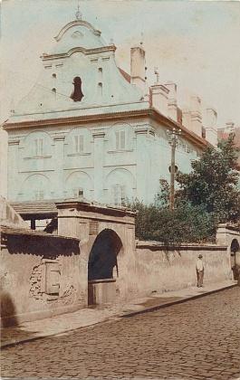 Budova bývalého německého gymnázia (dnes sídlo Regionálního muzea v Českém Krumlově) na staré pohlednici a současném snímku