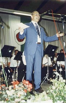 Se šumavskou kapelou zpívající Alfred Watzl v červnu 1992