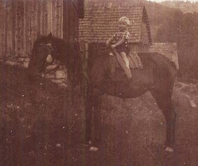 """Na koni jménem """"Lutz"""" v roce 1926. kdy mu byly 3 roky"""