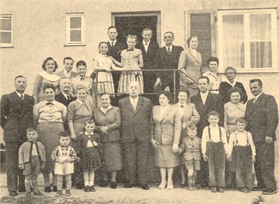 """V rodinném kruhu otcových 8 dětí, 3 snach, 2 zeťů a 13 vnoučat při oslavě osmdesátin Franze Watzla """"staršího"""""""