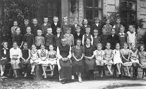 Se žáky obecné školy v Malšíně roku 1938