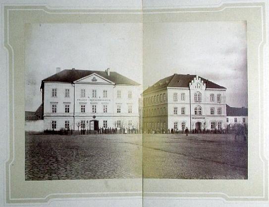 """Sama důstojnost starého mocnářství vyzařuje z tohoto snímku dvou školních budov     na stříbrském náměstí ze stránek kroniky (vlevo gymnázium, vpravo """"Volksschule"""")"""