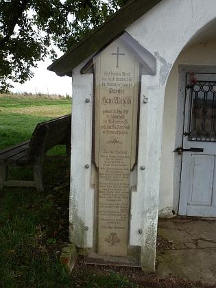 Umrlčí prkno s jeho básní Údolí domova na vnější stěně kaple vTremmelshausen, odkud mi snímek na podzim 2013 poslal blízko bydlící Herbert Kieweg, který ovšem píše místo svého pobytu jako Tremmelhausen