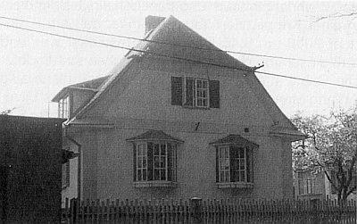 Jeho dům v Nýrsku (na dolním snímku vlevo), sousedící s Blauovým, se zachoval v původní podobě