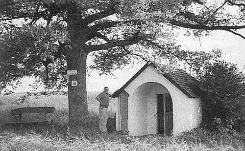 """Watzlikova kaple u Gut Tremmelshausen asi 6 km severně od Řezna stojí na návrší s dalekým rozhledem a umrlčí prkno při ní nese německý nápis: """"Na tomto prkně ležel po své smrti z domova vyhnaný básník Hans Watzlik"""", následují pak data jeho narození i skonu"""
