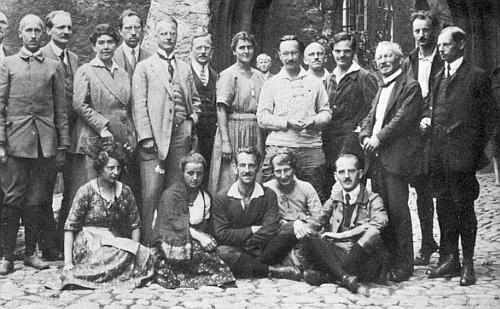"""Na snímku z roku 1921 stojí Watzlik před branou hradu v Lokti u příležitosti tzv. """"Böhmerlandwoche"""" hned vedle manželů Veidlových vlevo od něho"""