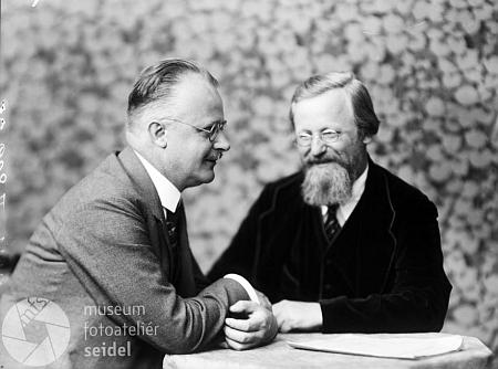 Na snímku zachycujícím jej spolu s klasikem šumavské nářeční literatury Zephyrinem Zettlem,     pořízeném ve fotoateliéru Seidel dne 18. října roku 1925