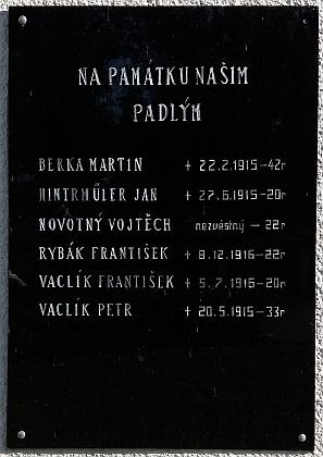 Na pamětní desce padlým v první světové válce čteme jména dvou Vaclíků zPlava