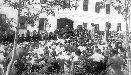 Vzácný snímek zachycuje Hanse Watzlika při slavnostním projevu kotevření Šumavského muzea v Horní Plané (předtím hostinec Blöckenstein) 8. července 1923