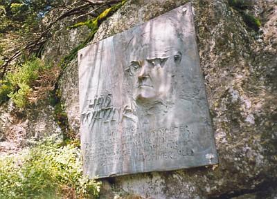 Hans Watzlik tu shlíží na bavorskou stranu z pamětní desky na Ostrém, jejímž autorem je Leopold Hafner