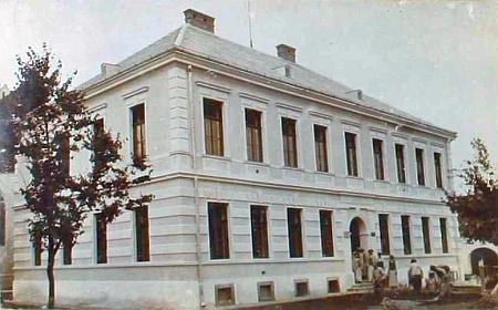 Budova školy v Rychnově nad Malší, dokončená v roce 1907, kam nastoupila jako ředitelka roku 1930