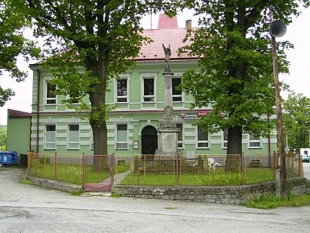 Bývalá škola dnes (2013), sídlí v ní stejně jako ve Studánkách restaurace (viz i Konrad Gintner)