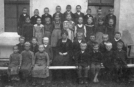 Roku 1923 s dětmi ze Studánek (Kaltenbrunn), narozenými v letech 1913 a1914