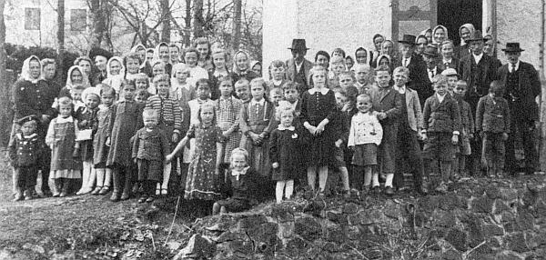 Posvícení v Kaltenbrunnu 1942: před kostelíkem sv. Jana Nepomuckého stojí jen ženy, děti a pár starých mužů - ostatní byli na válečném poli