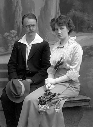 Svatební fotografie, pořízená ve fotoateliéru Seidel dne 3. srpna 1913 na jméno a adresu Watzlich Hanns, Lehrer Neuern