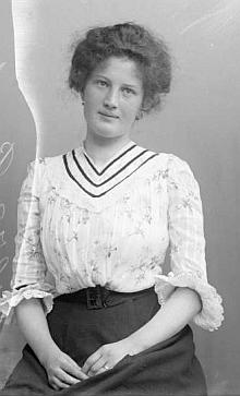 Snímek z fotoateliéru Seidel s datem 11. června 1903, tedy více naž dva roky před svatbou