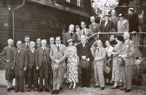 Tady pózuje stojící druhá zprava (její muž, na něhož hledí, stojí sedmý zleva) naspisovatelském setkání při hradě Wartburg roku 1936