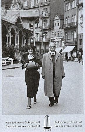 S manželem na procházce Karlovými Vary roku 1938...