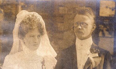 Výřez se svatební fotografie z roku 1905, uchovávané ve sbírce Brigitte Watzlikové