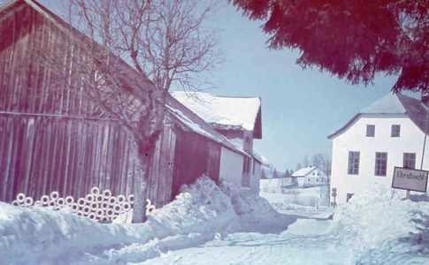 Polka, tehdy Elendbachl, na vzácném barevném zimním snímku s řešety, vyrobenými Liebreichem Weberem, při zadním traktu Haselbergerovy hospody (viz i Anna Quittererová)