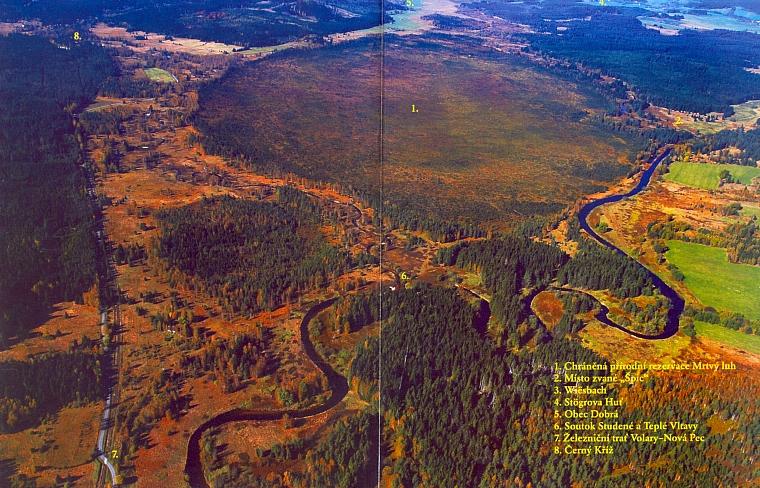 Soutok na leteckém snímku s popisem okolí