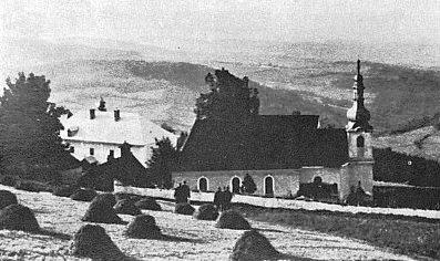 Kostel svatého Vintíře v Dobré Vodě u Hartmanic s přilehlým hřbitovem, vlevo za ním dnešní Dům svatého Vintíře...