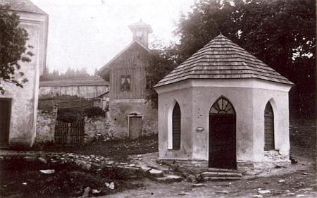 """Stará pohlednice zachycuje za studánkou sv. Vintíře s pramenem """"dobré vody"""" zřejmě starý vstup na přilehlý hřbitov"""