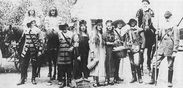 Ve skupině znázorňující na slavnostech sdružení Bund der Deutschen v Českém Krumlově 1926 postavy ze Stifterova Hvozdu můžeme nalevo spatřit i Adolfa Webingera
