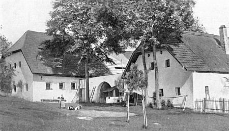 Rodná chalupa v Horách (zbořená v roce 1954)...