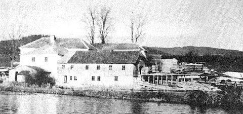 """... a mlýn Zaunmühle, rovněž patřící Webingerům (bratru Josefovi se """"po chalupě"""" říkalo Zaunmüllner Sepp), na starém snímku ještě při řece Vltavě (viz i Rosa Horaková)"""