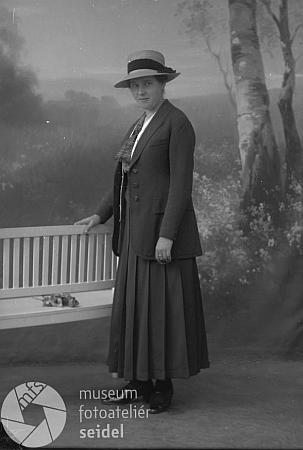 Jeho žena Albina Eva Trnková v září roku 1916, kdy byl Seidelův snímek pořízen, učitelka v Brlohu, jinak sestra na stránkách Kohoutího kříže i samostatně zastoupeného Gottfrieda Trnky