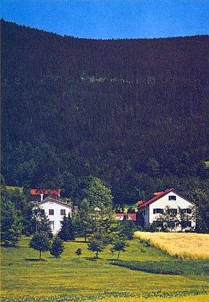 """Adolf-Webinger-Haus na úpatí Třístoličníku, zvaný také """"Dům Šumavanů"""", napodobuje vlastně dispozici rodného statku"""