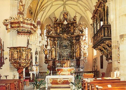 Interiér kostela v Rožmberku nad Vltavou s kazatelnou a oratoří