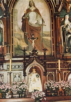 ... a boční oltář sv. Barbory se soškou Pražského Jezulátka