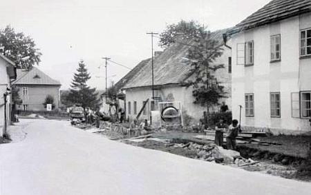 Původní podoba rodného domu je zachycena vpravo na snímku ze sedmdesátých let 20. století