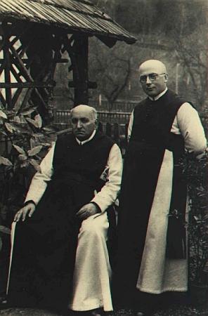 S katechetou Blöchlem sedí tu na snímku pořízeném někdy kolemroku1930