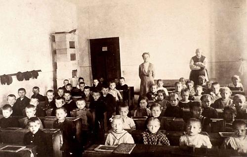Ve školní třídě v Rožmberku nad Vltavou v roce 1911 s paní učitelkou Wotrubovou