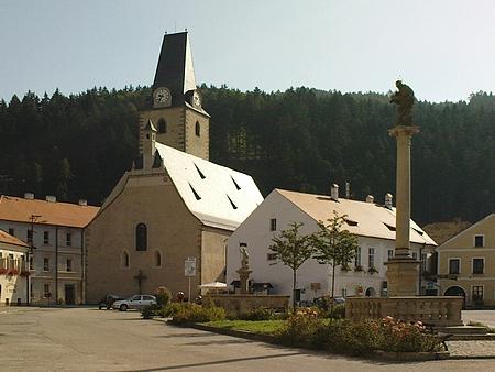 Náměstí v Rožmberku nad Vltavou s kostelem sv. Mikuláše