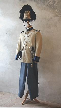 Čepice z medvědí kůže a celá slavnostní uniforma granátnické gardy z první třetiny 20. století