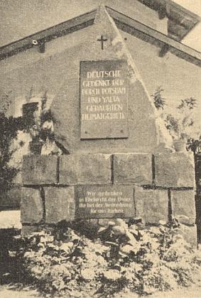 """Památník v bavorském Pockingu na snímku v krajanském měsíčníku z roku 1955 nese nápis: """"Němci, pamatujte na Postupimí a Jaltou uloupená domovská území!"""" a doleji: """"Pamatujeme s úctou obětí, které při vyhnání za nás zahynuly"""""""