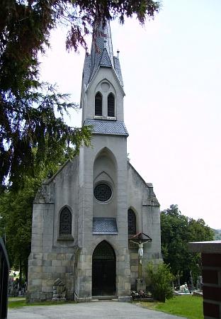 Na jejím černobílém a současném barevném snímku (2012) tu vidíme vimperský hřbitovní kostel Nejsvětějšího Srdce Ježíšova a při něm kříž, který se tomu z někdejší lesní Kalvárie nápadně podobá
