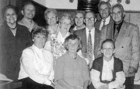 """Na setkání """"čerstvých"""" sedmdesátníků z Vimperka ve Freyungu 1995 sedí prvá zleva, v téže řadě zcela napravo Hilde Steinbrenerová"""