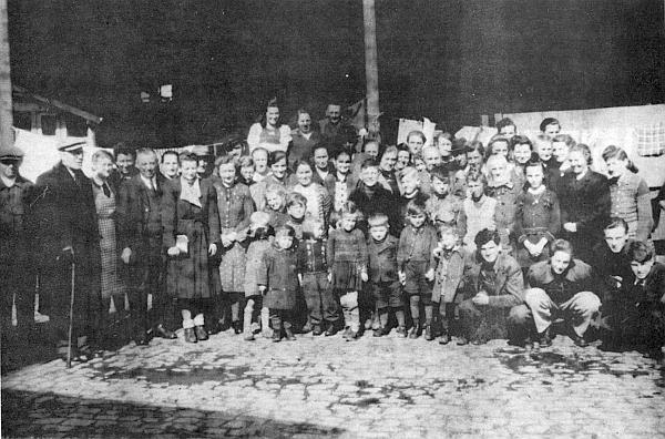 Snímek německy mluvících obyvatel Vimperka z prvního vlaku odsunu jasně dokumentuje, kdo byl obětí deportací především: ženy, děti a staří lidé...