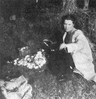"""Nad úrodou hub ve válečném roce 1942 někde vmístech,kde se ve Vimperku dodnes říká """"USloupu"""""""