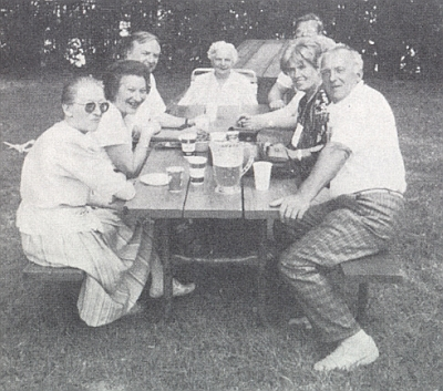 S krajany z Vimperka na cestě po stopách Jana Nepomuka Neumanna v USA roku 1988 sedí při dožínkové slavnosti v Cannstattu vedle Otmara Eisnera druhá zprava, naproti v černých brýlích prvá zleva Hilde Steinbrenerová
