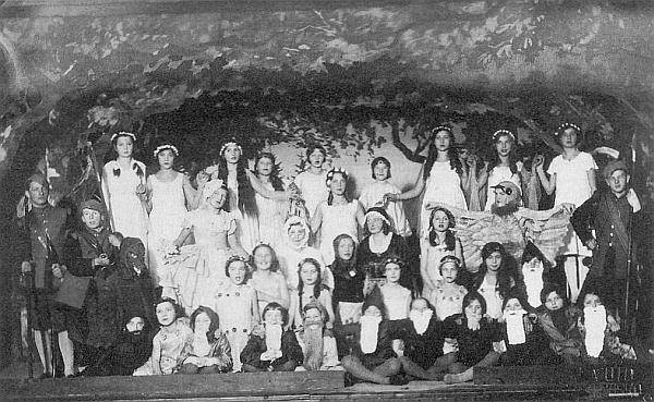 """Ve třicátých letech na dětském představení hry se zpěvy """"Červená Karkulka"""" je ona tím zcela napravo v první řadě sedícím lesním skřítkem s bílým plnovousem"""